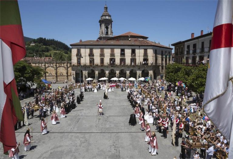 """""""Corpus Christi prozesioa tradizio, folklore, erlijio eta dantza nahasketa"""" argazki erakusketa"""